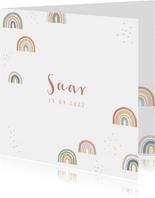 Lief geboortekaartje met regenboogjes en stipjes