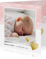 Lief geboortekaartje met roze waterverf en gouden hartjes