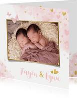 Lief geboortekaartje voor een meisjes tweeling met hartjes