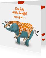 Liefdes- of zomaar-kaart met giraffe die olifant knuffelt