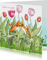 Liefde - knuffelende vosjes tussen de tulpen