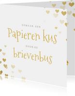 Liefdeskaart papieren kus door de brievenbus met hartjes