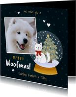 Lieve kerstkaart met foto hond in sneeuwbol en kerstboom