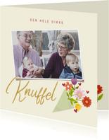 Lieve opa en oma kaart met bosje bloemen, knuffel en foto