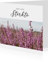 Moderne condoleance kaart met foto van bloeiende heide