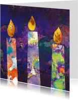 Moderne kleurrijke kerstkaart met twee brandende kaarsen