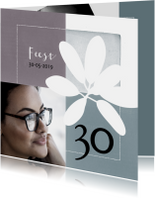 Moderne uitnodiging voor verjaardag (30) met foto en bloem