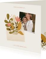 Moederdagkaart met foto en een bloemetje uit een envelop