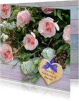 Mooi boeket met roze rozen en hart op steigerhout