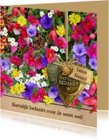 Mooie bedankkaart koperkleurig hart tussen kleurige bloemen