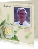 Mooie bedankkaart roos op gewassen achtergrond met foto