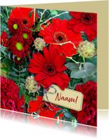 Mooie bloemenkaart met labeltje tussen rode bloemen