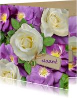 Mooie bloemenkaart met wilde en witte rozen