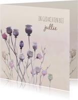 Mooie condoleancekaart met papaver op gewassen achtergrond