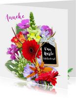 Mooie felicitatiekaart met bloemen en label met strik