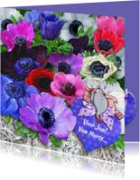 Mooie felicitatiekaart met mooie anemonen en hart