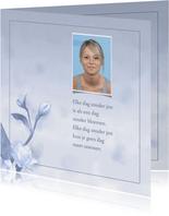 Mooie rouwkaart met bloem op gewassen achtergrond met foto