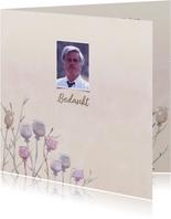 Mooie rouwkaart met papaver op gewassen achtergrond en foto