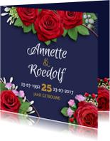 Mooie uitnodiging rozen op blauwe achtergrond