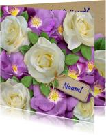 Mooie verjaardagkaart witte en paarse wilde rozen