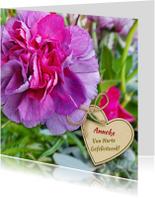 Mooie verjaardagskaart met anjer en hart voor een senior