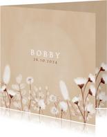 Neutraal geboortekaartje droogbloemen en beige achtergrond