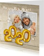 Nieuwjaarskaart Happy New Year 2020 ballonnen goud op hout