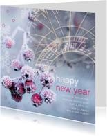 Nieuwjaarskaart sneeuwbessen en klok