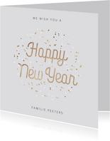 Nieuwjaarskaart typografisch met goudlook confetti