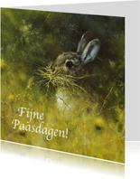 Paaskaart met mooi schilderij van konijn in groen