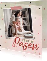 Paaskaart met roze en groene waterverf en vrolijke confetti