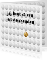 Paaskaart met verzameling witte eieren en 1 gouden ei