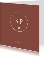 Roestbruine trouwkaart met logo met initialen