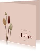 Roze geboortekaartje met droogbloemen