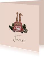 Roze geboortekaartje met illustratie van giraffen in auto
