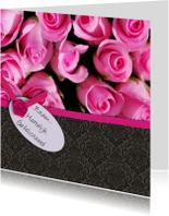Roze rozen en behang zwart
