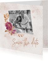 Save the date kaart boeket met roos op honingraatmotief