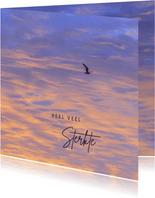 Sterktekaart avondlucht met vliegende meeuw
