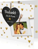 Stijlvol wit bedankkaartje bruiloft met gouden hartjes
