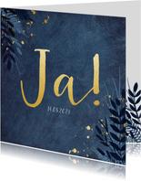 Stijlvolle donkerblauwe trouwkaart met gouden ja en bloemen