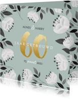 Stijlvolle jubileum uitnodiging witte bloemen en gouden 60