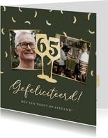 Stijlvolle kaart met wijnglazen en confetti in goud