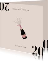 Stijlvolle nieuwjaarskaart met champagnefles en 2020