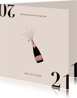 Stijlvolle nieuwjaarskaart met champagnefles en 2021