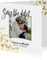Stijlvolle save the date kaart met gouden hartjes en foto