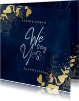 Stijlvolle trouwkaart blauwe waterverf gouden eucalyptus