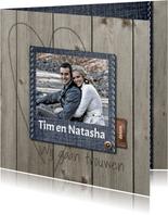 Stijlvolle trouwkaart met hout en jeans design