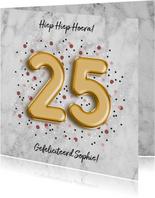 Stijlvolle verjaardagskaart met folieballon '25' en confetti