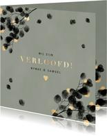 Stijlvolle verlovingskaart zwarte eucalyptus, gouden hartjes
