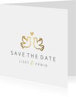 Stijlvolle witte Save the Date kaart met gouden duifjes